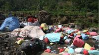 NGEJRENG: Sejumlah warga mengunjungi batu di Sungai Gelis, Desa Rahtawu, Kecamatan Gebog, Kudus, yang dicat kemarin. (RADAR KUDUS/DONNY SETYAWAN)