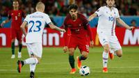 Gelandang Portugal, Andre Gomes (tengah) berusaha melewati gelandang Islandia, Gylfi Sigurdsson  pada laga Grup F Piala Eropa di Stade Geoffroy-Guichard, Prancis, Selasa (14/6). Islandia berhasil tahan imbang Portugal 1-1. (REUTERS/Robert Pratta)
