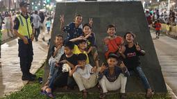 Anak-anak berpose pada malam puncak peringatan HUT DKI Jakarta ke-492 di Jalan MH Thamrin, Jakarta, Sabtu, (22/6/2019). Peringatan HUT Jakarta yang dibuka Gubernur DKI Jakarta Anies Baswedan dikemas dalam konsep ekonomi kreatif dan seni. (Liputan6.com/Immanuel Antonius)