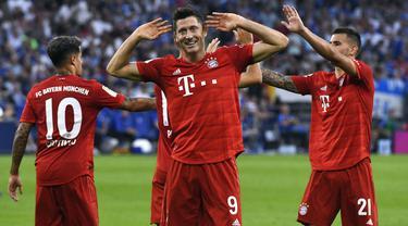 Striker Bayern Munchen, Robert Lewandowski, merayakan gol yang dicetaknya ke gawang Schalke pada laga Bundesliga di Veltins-Arena, Gelsenkirchen, Sabtu (24/8). Schalke kalah 0-3 dari Munchen. (AFP/Uwe Kraft)