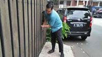 Seorang pegawai depot pengisian air minum di seberang rumah Kapitra Ampera, di Jalan Tebet Timur Dalam VIII, mengaku melihat dua p...