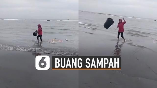 Video perempuan dengan sengaja membuang sampah di laut viral di media sosial.