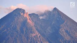 Pemandangan saat Gunung Merapi mengeluarkan asap terlihat dari Kaliadem, Sleman, DIY, Minggu (24/2). Menurut BPPTKG, telah terjadi sembilan kali gempa dan guguran lava ke Sungai Gendol dengan jarak luncuran 200-800 meter. (Liputan6.com/Gholib)
