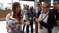 Penumpang pertama yang baru saja mendarat pada tahun baru 2019 di Terminal 3 Arrivals Internasional, Bandara Soekarno-Hatta (Soetta), Selasa (1/1/2019).