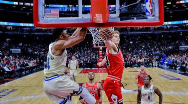 Pebasket Milwaukee Bucks, Giannis Antetokounmpo, memasukkan bola saat melawan Chicago Bulls pada laga NBA di United Center, Selasa (31/12/2019). Milwaukee Bucks menang 123-102 atas Chicago Bulls. (AP/Matt Marton)