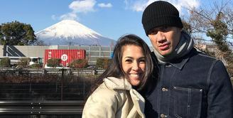 Meski sudah sembilan tahun berumah tangga, akan tetapi Tora Sudiro dan Mieke Amalia tetap terlihat harmonis dan romantis. (Foto: instagram.com/t_orasudi_ro)