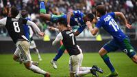 Striker Juventus, Cristiano Ronaldo, terjatuh saat melawan Sassuolo pada laga Serie A Italia di Stadion Allianz, Turin, Minggu (1/12). Kedua klub bermain imbang 2-2. (AFP/Marco Bertorello)