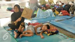 Tercatat pada Senin siang, pengungsi di Masjid Universitas Borobudur berjumlah sekitar 337, namun menjelang sore jumlah pengungsi lebih dari 400 jiwa, Jakarta, Senin (20/2). (Liputan6.com/Yoppy Renato)