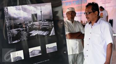 Warga melihat dokumentasi foto arsitektur Masjid Istiqlal yang dipamerkan di area Masjid Istiqlal di Jakarta, Jumat (24/2). Pameran ini untuk memeriahkan Milad Masjid Istiqlal dan berlangsung hingga 27 Februari. (Liputan6.com/Helmi Fithriansyah)
