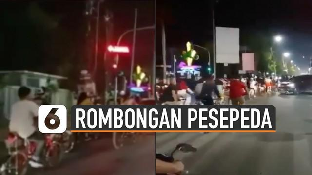 Terlihat rombongan pesepeda menerobos lampu lalu lintas yang saat itu masih berwarna merah.