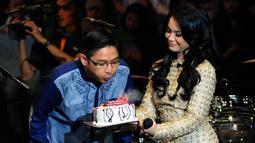 Dalam konser Ramadan Penuh Syukur, Pasha meniup lilin sebagai simbol perayaan ulang tahun ungu yang ke-18, Jakarta, (16 /7/14) (Liputan6.com/ Andrian Martinus).