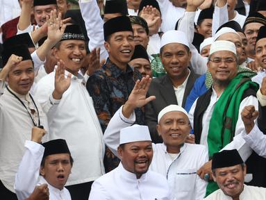 Presiden Joko Widodo  foto bersama dengan para kiai dan habib se-Jadetabek  (Jakarta, Depok, Tangerang, Bekasi) usai pertemuan di Istana Negara, Jakarta, Kamis (7/2). (Liputan6.com/Angga Yuniar)