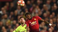 Duel udara megabintang Barcelona, Lionel Messi dan gelandang Manchester United, Fred pada leg pertama perempat final Liga Champions di Stadion Old Trafford, Rabu (10/4). Barcelona menang tipis 1-0 atas Manchester United. (Oli SCARFF / AFP)