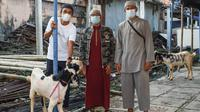 Pemain Bali United menyerahkan hewan kurban. (Bola.com/Maheswara Putra)