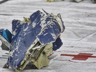Kondisi serpihan dari pesawat Sriwijaya Air SJ-182 saat dikumpulkan di Dermaga JICT 2, Tanjung Priok, Jakarta, Senin (11/10/2021). Serpihan atau bagian dari pesawat Sriwijaya Air SJ-182 yang ditemukan oleh Tim SAR gabungan sudah dalam kondisi ringsek pasca kecelakaan. (merdeka.com/Iqbal S. Nugroho)