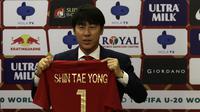 Pelatih baru Timnas Indonesia, Shin Tae-yong, saat diperkenalkan kepada publik pada jumpa pers di Stadion Pakansari, Bogor, Sabtu (28/12). Dirinya dikontrak selama empat tahun oleh PSSI. (Bola.com/Vitalis Yogi Trisna)
