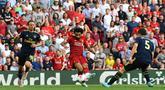 Gelandang Liverpool Mohamed Salah (tengah) menendang bola ke gawang Arsenal saat bertanding dalam Liga Inggris di Stadion Anfield, Liverpool, Inggris, Sabtu (24/8/2019). Liverpool menang 3-1 dan kukuh di puncak klasemen sementara. (BEN STANSALL/AFP)