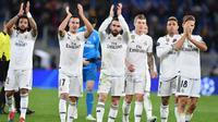 Para pemain Real Madrid memberikan aplaus kepada suporter usai laga melawan AS Roma pada laga Liga Champions di Stadion Olimpico, Roma, Selasa (27/11). AS Roma takluk 0-2 dari Real Madrid. (AP/Ettore Ferrari)