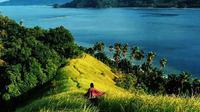 Seorang wisatawan asyik menikmati pemandangan Pulau Diyonumo, Kabupaten Gorontalo Utara. (Liputan6.com/Aldiyansyah Mohammad Fahrurozy)