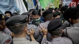 Massa dari BEM SI terlibat saling dorong dengan polisi saat aksi longmarch menuju Istana Merdeka, Jakarta, Senin (22/5). (Liputan6.com/Faizal Fanani)
