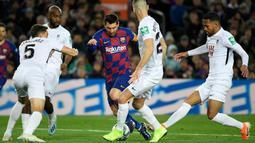 Gelandang Barcelona, Lionel Messi, berusaha melewati kepungan pemain Granada pada laga La Liga di Stadion Camp Nou, Barcelona, Minggu (19/1). Barcelona menang 1-0 atas Granada. (AFP/Lluis Gene)