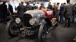 Pengunjung melihat Bentley XP2 1920, yang dipamerkan selama pameran mobil Retromobile di Paris, Prancis (5/2). Pameran ini diselenggarakan dari tanggal 6 sampai 10 Februari 2019. (AFP Photo/Eric Feferberg)
