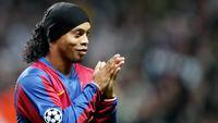 4. Ronaldinho (Bandana) - Mantan bintang Barcelona ini kerap menggunakan bandana saat berlaga di lapangan hijau. Asesoris tersebut digunakan agar tidak menggangu penglihatan karena rambut yang panjang. (AFP/Andrew Yates)