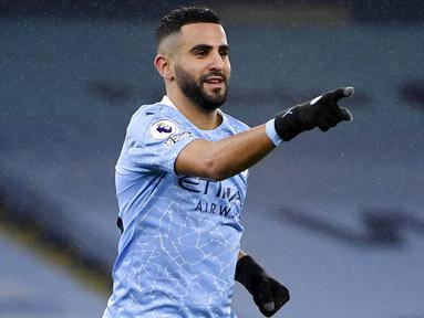 Gelandang Manchester City, Riyad Mahrez, melakukan selebrasi usai mencetak gol ke gawang Burnley pada laga Liga Inggris di Stadion Etihad, Sabtu (28/11/2020). City menang dengan skor 5-0. (Michael Regan/Pool via AP)
