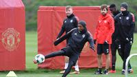 Bek Manchester United, Ashley Young, menendang bola saat berlatih di kompleks latihan dekat Carrington, Manchester, Selasa (21/11/2017). MU akan melawan Basel pada lanjutan Liga Champions. (AFP/Paul Ellis)