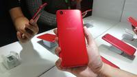 Oppo F5 warna merah. Liputan6.com/Jeko Iqbal Reza