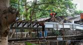 Pekerja menyelesaikan proyek pembangunan jembatan penghubung antarkampung di kawasan Pondok Pinang, Jakarta, Jumat (13/12/2019).  Jembatan yang menghubungkan permukiman di daerah Pondok Pinang dengan kawasan Bintaro tersebut ditargetkan rampung pada akhir Desember. (Liputan6.com/Faizal Fanani)