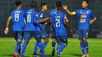 Kapten tim Arema, Hamka Hamzah, menyambut rekannya untuk merayakan gol melawan Persela di Stadion Kanjuruhan, Kabupaten Malang (27/5/2019). (Bola.com/Iwan Setiawan)