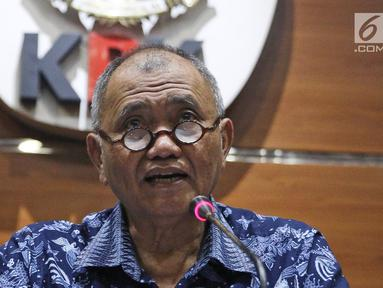 Ketua KPK Agus Rahardjo saat menggelar konferensi pers di Gedung KPK, Jakarta, Selasa (3/4). KPK menetapkan 38 anggota DPRD Sumatera Utara atau Sumut sebagai tersangka. (Liputan6.com/Herman Zakharia)