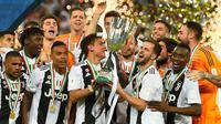 Pemain Juventus, Paulo Dybala dan Miralem Pjanic mengangkat trofi Piala Super Italia 2018 seusai mengalahkan AC Milan pada laga final di King Abdullah Sports City, Kamis (17/1). Juventus keluar sebagai kampiun dengan meraih kemenangan tipis 1-0 (AP Photo)