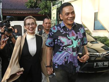 Penyanyi Reza Artamevia (kiri) saat tiba di Pengadilan Negeri Jakarta Selatan, Selasa (9/1). Reza hadir untuk menjadi saksi dari JPU dalam kasus asusila yang menjerat sang mantan guru spiritual, Gatot Brajamusti. (Liputan6.com/Herman Zakharia)