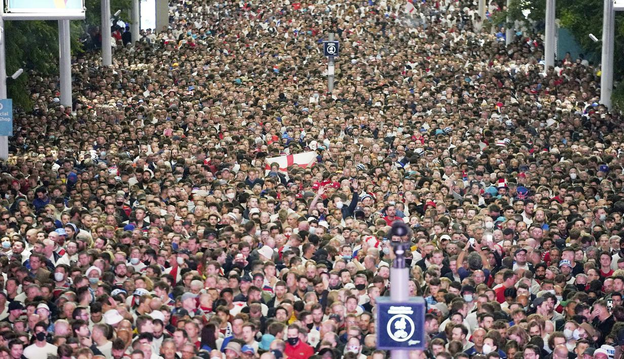 Penampakan ribuan suporter memadati area luar Stadion Wembley usai pertandingan Timnas Inggris melawan Denmark pada laga semifinal Euro 2020, Kamis (8/7/2021). (Foto:AFP/Frank Augstein,Pool)