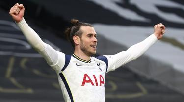 Pemain Tottenham Hotspur Gareth Bale melakukan selebrasi usai mencetak gol ke gawang Southampton pada pertandingan Liga Inggris di Stadion Tottenham Hotspur, London, Inggris, Rabu (21/4/2021). Tottenham Hotspur menang 2-1. (Clive Rose/Pool via AP)
