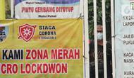 Seorang warga terlihat di kawasan yang menerapkan lockdown skala mikro akibat warga terpapar COVID-19 di RW 03, Kelurahan Gandasari, Kecamatan Jatiuwung, Kota Tangerang, Rabu (9/6/2021). (Liputan6.com/Angga Yuniar)