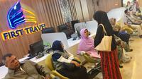 Sejumlah calon jemaah Umrah menunggu pengembalian dana atau refund di Kantor First Travel di GKM Green Tower, Jakarta, Kamis (27/7). (Liputan6.com/Immanuel Antonius)