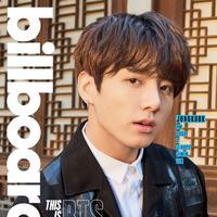 Jungkook BTS terlihat mengenakan jaket Bottega Veneta saat menjalani pemotretan dengan Billboard. Jaket warna hitam ini berharga Rp 100 juta. (Foto: koreaboo.com)