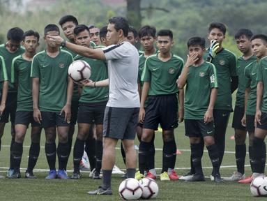 Pelatih Timnas Indonesia U-16, Bima Sakti, saat pemusatan latihan di Sawangan, Senin (13/5). Sebanyak 41 anak mengikuti seleksi untuk memperkuat timnas di Piala AFF U-15 2019 di Thailand. (Bola.com/M Iqbal Ichsan)