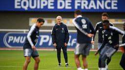 Pelatih Prancis, Didier Deschamps (kedua kiri) melihat pemainya berlatih di Clairefontaine-en-Yvelines, barat daya Paris (8/10/2019). Tim Ayam Jantan menempati peringkat kedua dengan 15 poin, unggul tiga angka atas Islandia di Grup H. (AFP Photo/Martin Bureau)