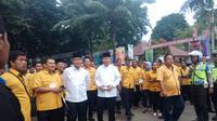 Rombongan paslon Mularis-Saidina mendaftarkan diri sebagai peserta Pilwalkot Palembang ke KPU (Liputan6.com / Nefri Inge)