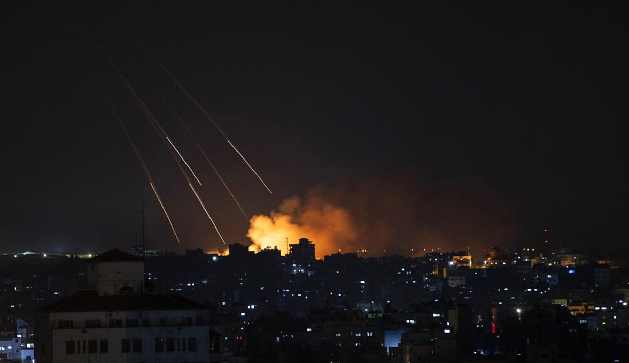 Asap membubung setelah serangan rudal Israel di Kota Gaza, Palestina, Kamis (13/5/2021). Pertempuran antara Israel dengan Hamas yang menguasai Gaza terus berlanjut. (AP Photo/Khalil Hamra)