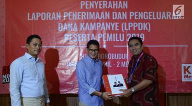 Cawapres nomor urut 02 Sandiaga Uno (tengah) menyerahkan Laporan Penerimaan dan Pengeluaran Dana Kampanye (LPPDK) Pilpres 2019 kepada petugas KPU di Jakarta, Kamis (2/5/2019). Sandiaga menemani Bendahara BPN Prabowo-Sandi, Thomas Djiwandono melaporakan LPPDK. (merdeka.com/Imam Buhori)
