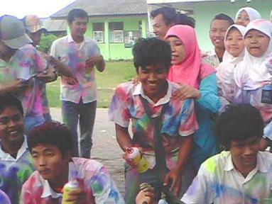 Citizen6: Guru yang seharusnya membimbing murid-muridnya, malah ikut mencoret seragam muridnya dan berfoto bersama. (Pengirim: Sohib Budin)