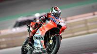 Pebalap Ducati, Jorge Lorenzo, mengalami insiden pada balapan MotoGP Qatar, Minggu (18/3/2018). (MotoGP.com)