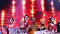 Lesti, Danang dan Shiha Zikir seusai acara Grand Final D'Academy Asia 2015 Result Show di Studio 5 Indosiar, Jakarta, Selasa (29/12). Danang, kontestan asal Indonesia keluar sebagai juara. (Liputan6.com/Herman Zakharia)