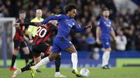 Gelandang Chelsea, Willian, menggiring bola saat melawan Bournemouth pada laga Piala Liga Inggris di Stadion Stamford Bridge, Kamis (20/12). Chelsea menang 1-0 atas Bournemouth. (AP/Alastair Grant)