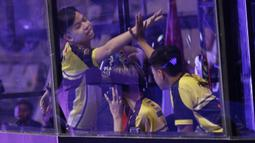 Tim Onic Esports merayakan kemenagan pada gim 1 saat melawan Louvre Juggernaut pada final Piala Presiden Esports 2019 di Istora Jakarta, Minggu (31/3). (Bola.com/M Iqbal Ichsan)